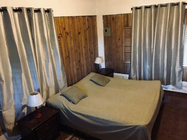 Hab principal villa de huéspedes. Cama king