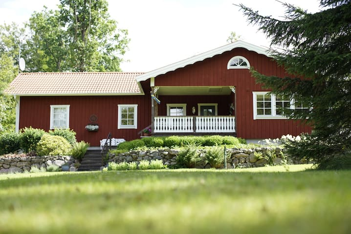 Charming, cozy cottage on 1 ½ acres of forest. - Vitteryd - House