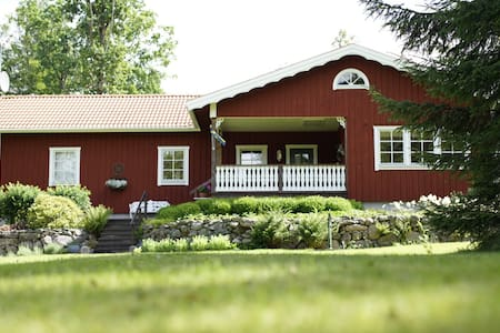 Charming, cozy cottage on 1 ½ acres of forest. - Vitteryd - Huis