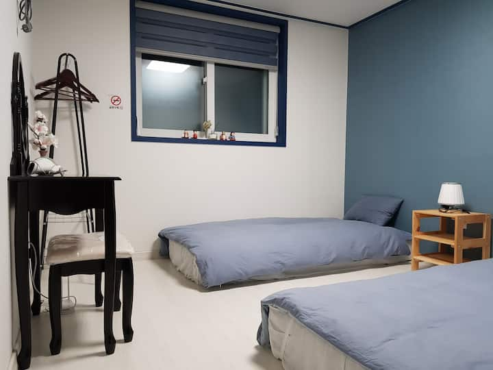 [Stay near airport] twin room