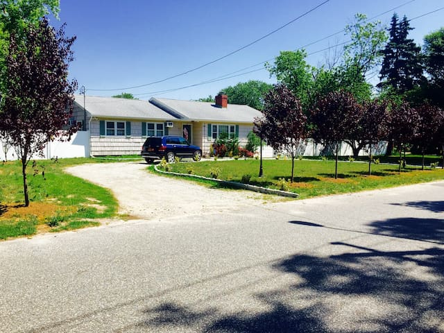 Private Country Home - Centrally Located! Bellport - Bellport - Hus