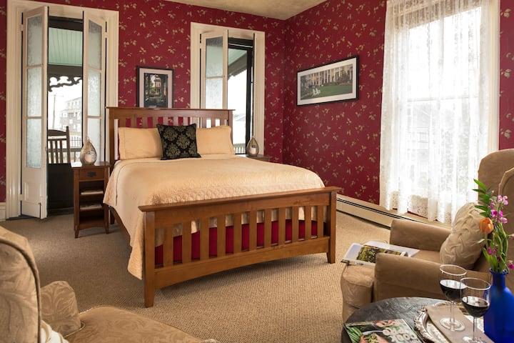 Uncluttered Elegance: Room 10 (2nd floor)