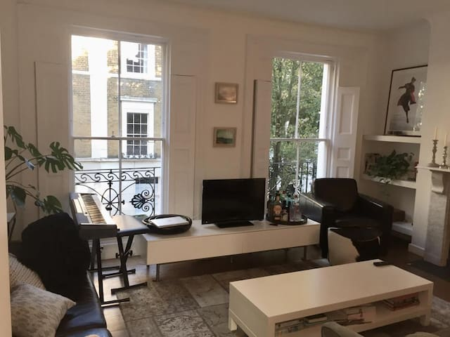 Spacious double room in luxury apartment in Angel
