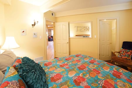 """Derby Dream Stay with Breakfast! """"Rest Room"""" - Oldham County - Bed & Breakfast"""