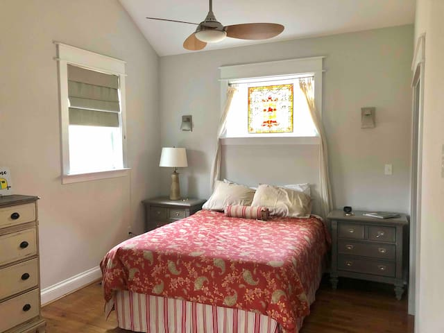 Private master bedroom/bathroom close to downtown.