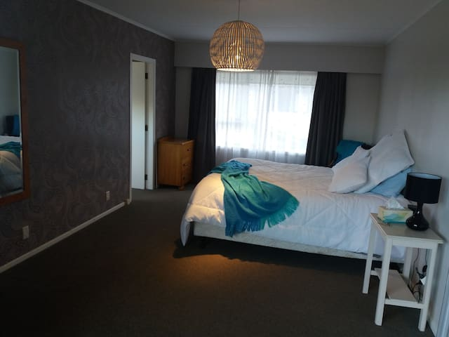 Spacious king room, ensuite,  wander to the lake - Taupo - House