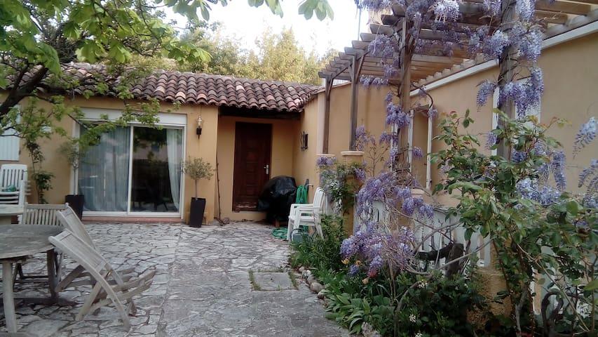 Studio, 30 m², au calme, à 3 km du centre d'Aix