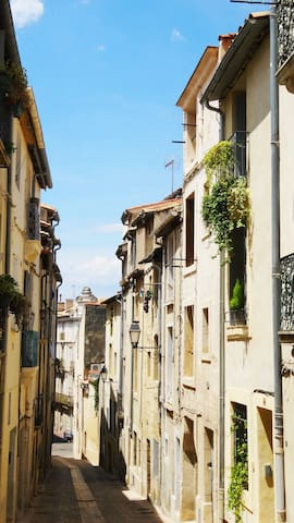 Votre petite rue, calme, pavée et piétonne