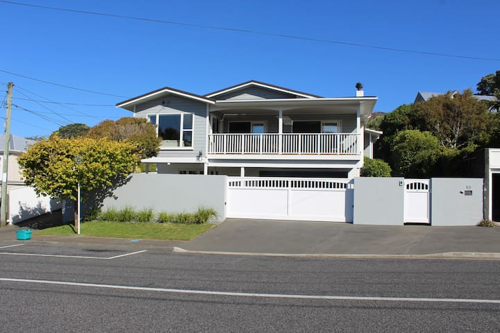 Sunny, spacious home in central Khandallah - Wellington - House