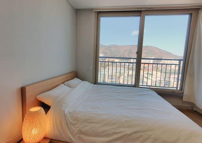 bed room-queen bed