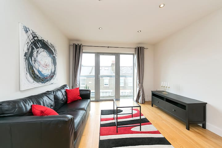 Airy apartment near River Thames and Hampton Court