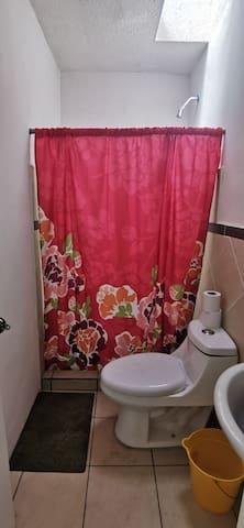 2 Habitaciones con baño compartido en condominio