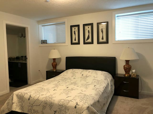Luxury Basement with en suite. Airport 10-15 min.