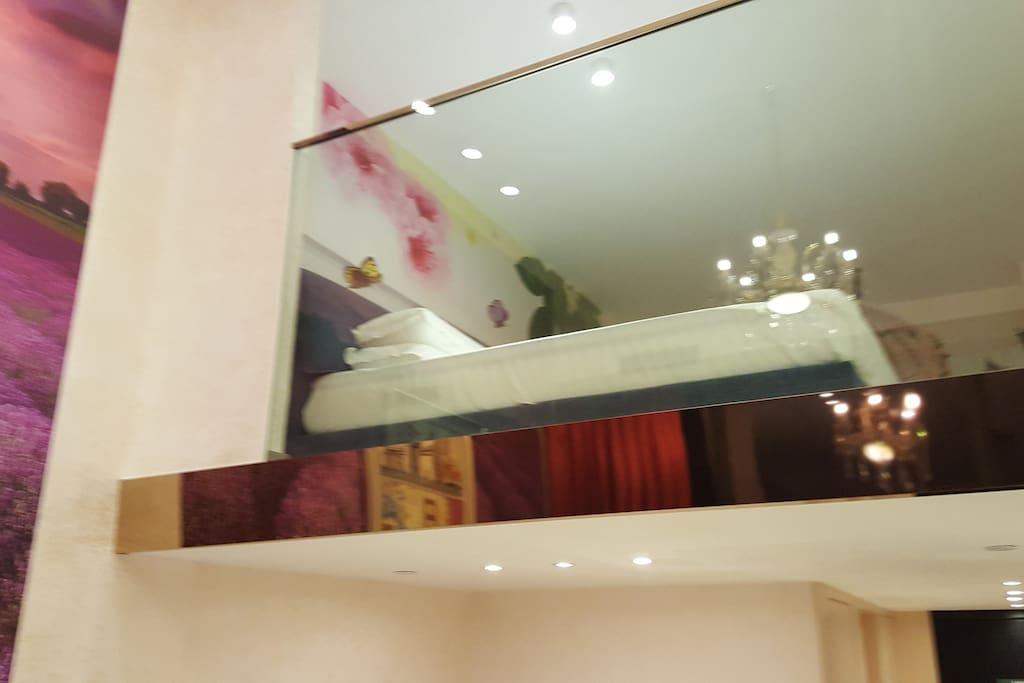 复式2楼的房和床,second floor opening room with one bed.