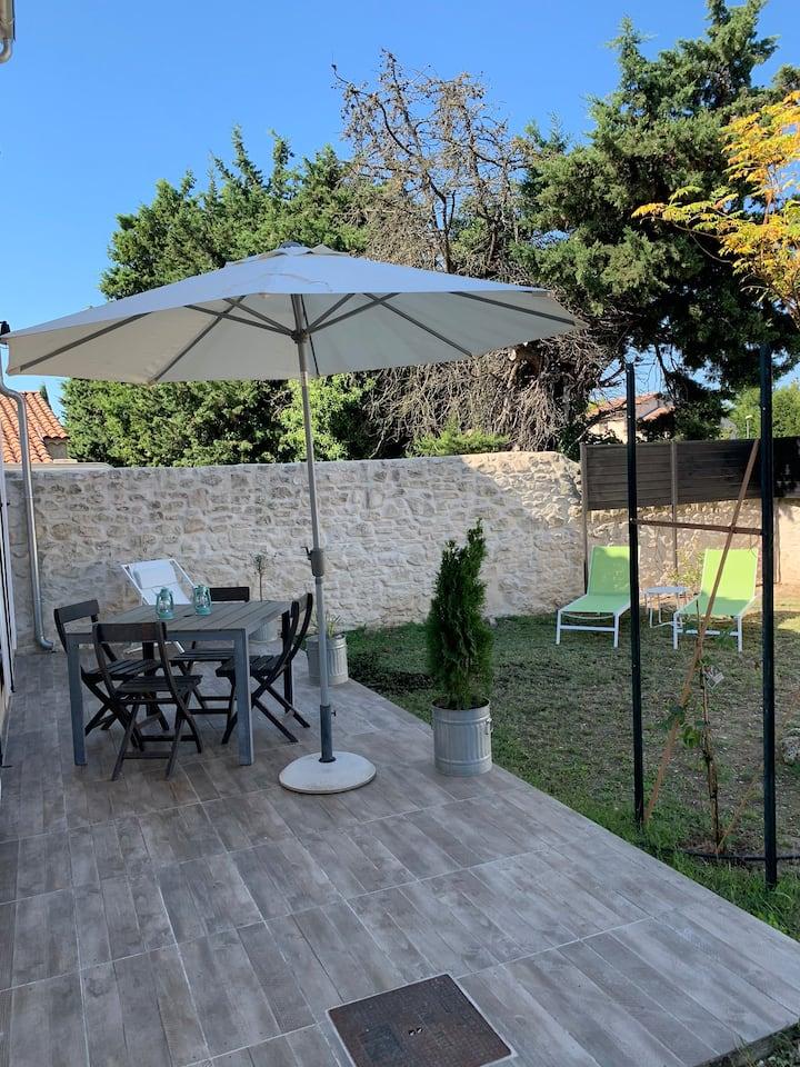 Maison individuelle dans beau village provençal