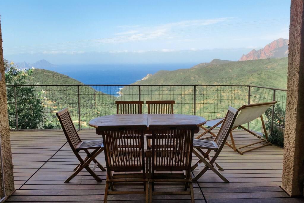 Table sur la terrasse / table on the terrace