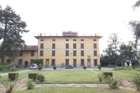 Cadepaoli Vineyard & Roses - Bergamo Countryside
