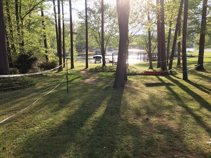 Lake front ranch, sleeps 14+ w/dock & boat parking