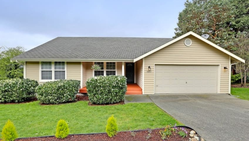 3 Bed/2 Bath Home: Deck, View, & Lots of Light! - Seattle - Hus