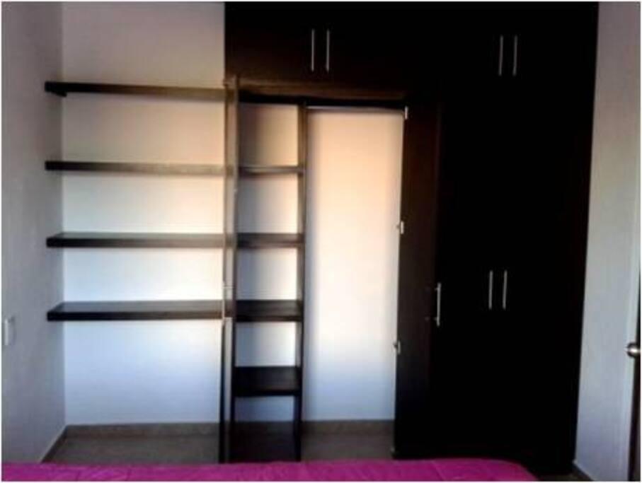 El closet es amplio justo para guardar ropa y maletas.