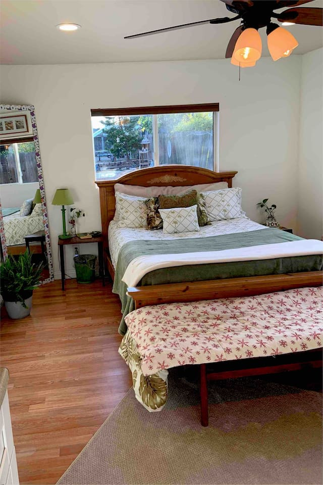 Guests private studio w kitchenette and all necessities. Updated Tommy Bahama like vibe w brand new sheets and comforter, area rug, and other lil touches of greens w a breezy, light feel.