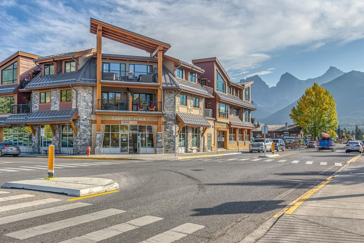 Rundle Rise - Spacious Condo Steps from Main Street
