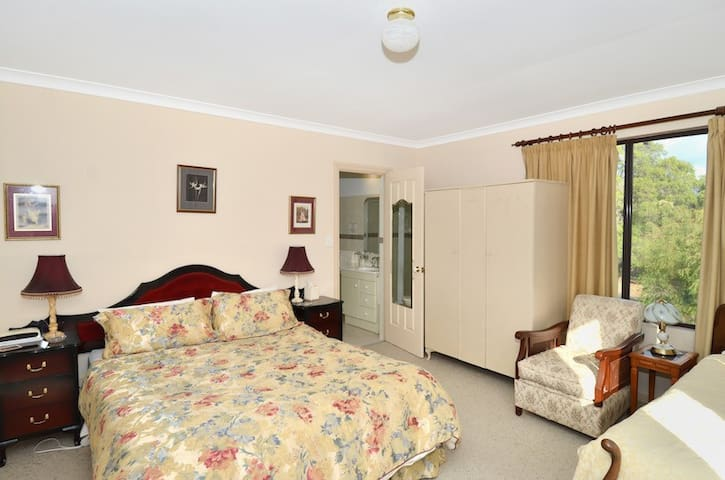Big Grove B&B - Rosella Room - Big Grove - Bed & Breakfast