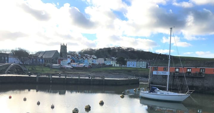Modern 2 bed flat overlooking Aberaeron Harbour