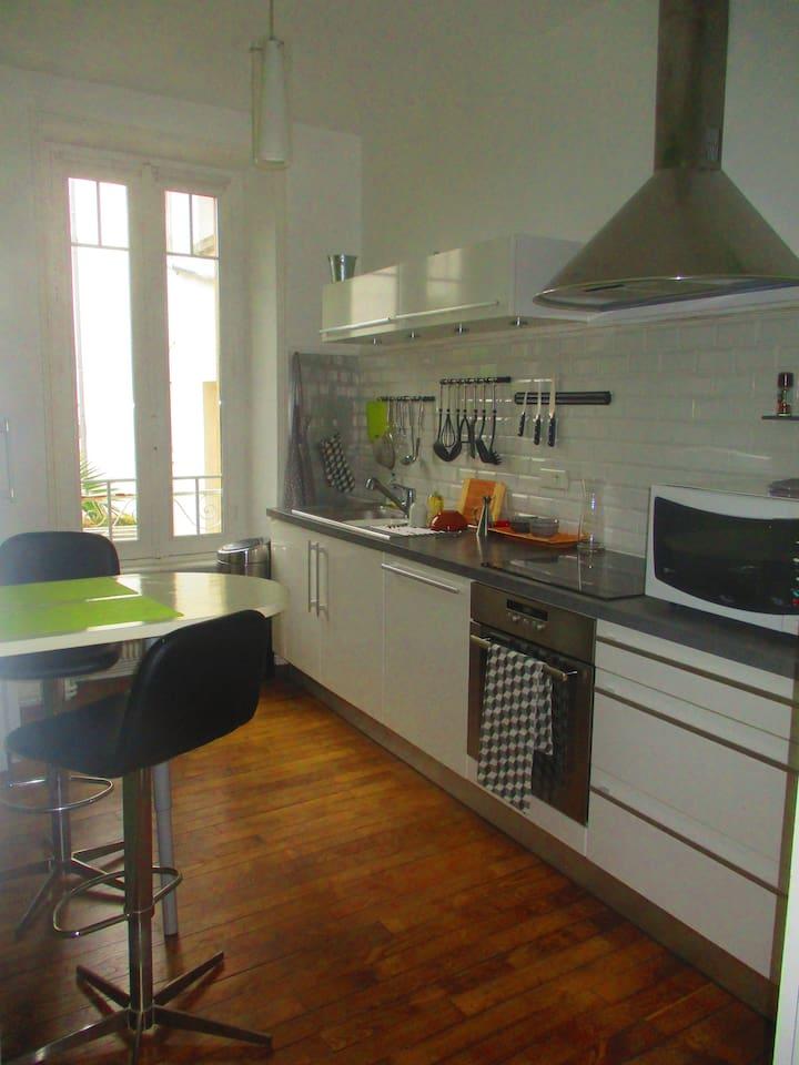 cuisine moderne et fonctionnelle, donnant également sur le côté jardin.