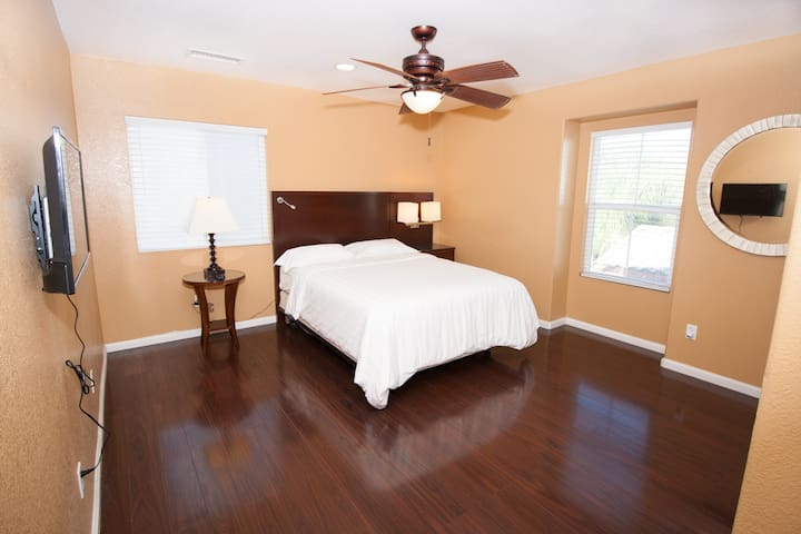 ✧Sanitized Boutique Island Room (Serta Queen Bed)✧