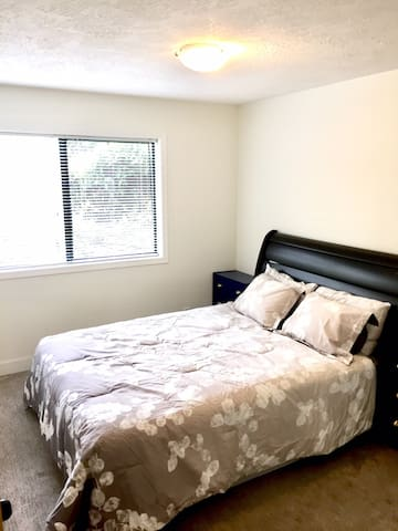 Quiet Private Room Near Downtown/Uvic