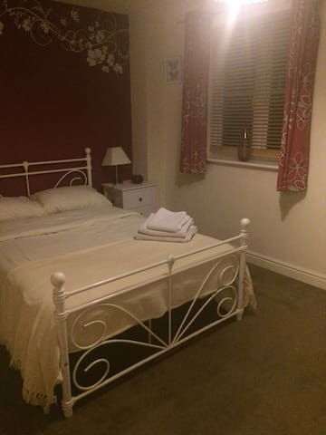 Large double bedroom in Swindon - Swindon