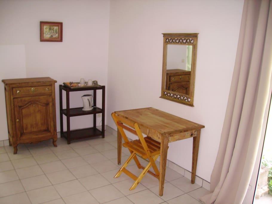 Un espace bureau ou pause-café et thé.