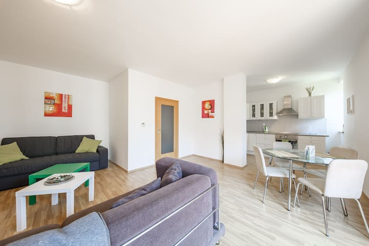 Quiet cozy apartment with balcony 5min from metro