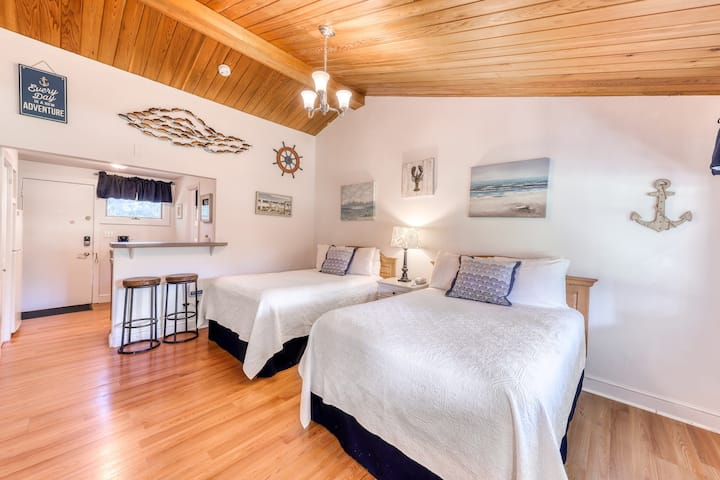 Comfortable condo with shared tennis courts & pool - close to beaches