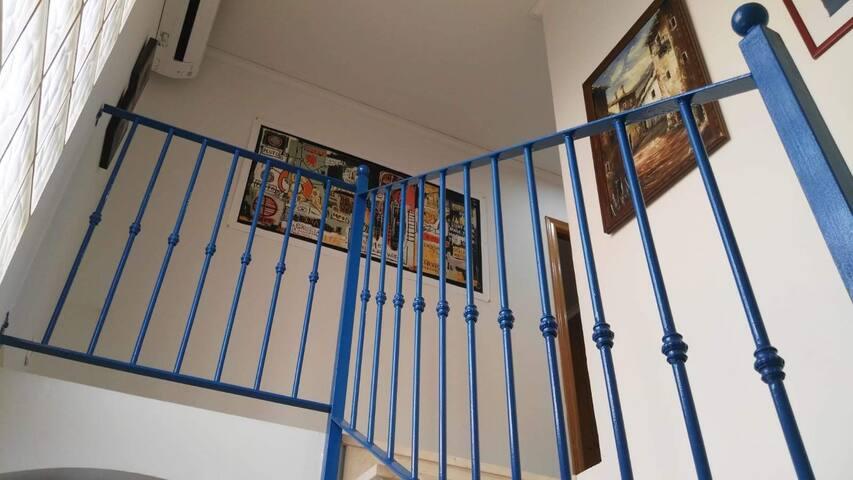 Escalera de acceso a planta superior.
