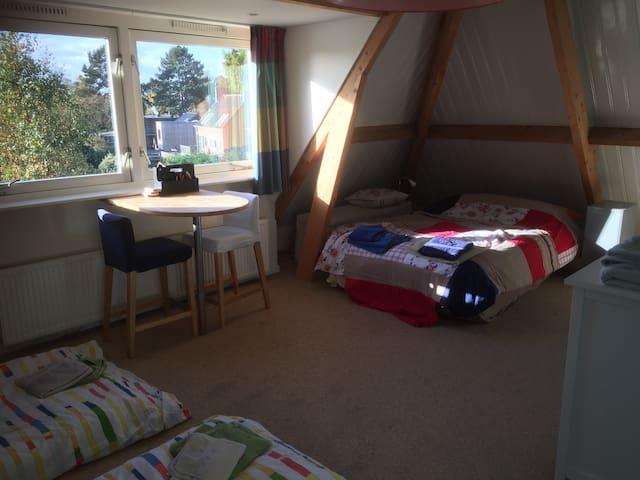 De ruime en zonnige slaapkamer