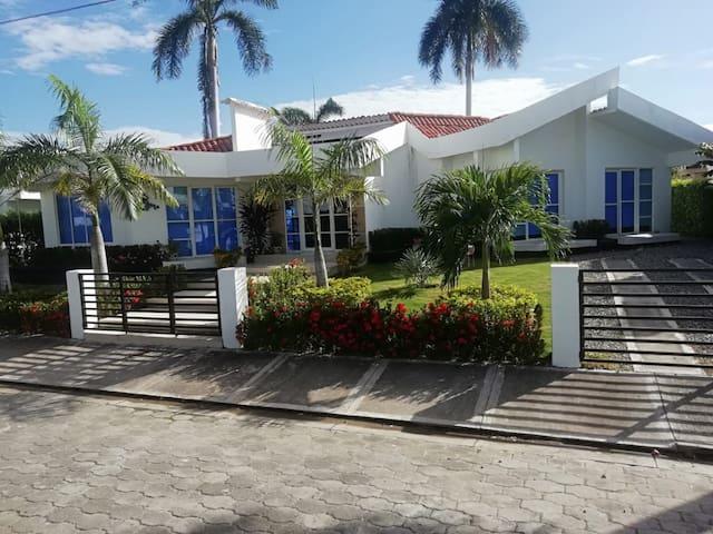Hermosa Casa Via Girardot Flandes. Piscina Privada
