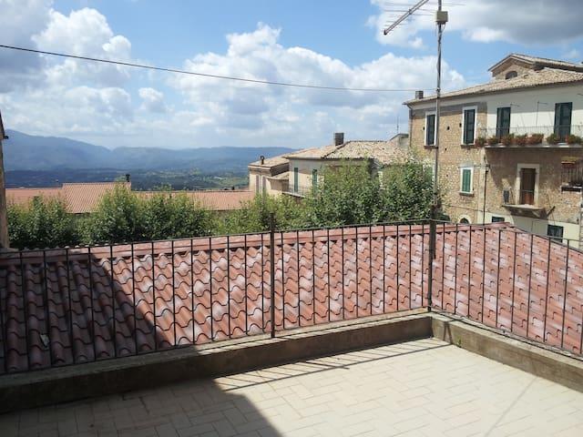 Appartamento con terrazza vicino Pescasseroli - San Donato Val di Comino - Dům