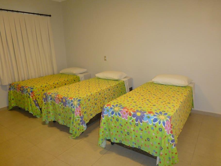 Três camas de Solteiros ou pode ser uma de casal mais 1 solteiro.