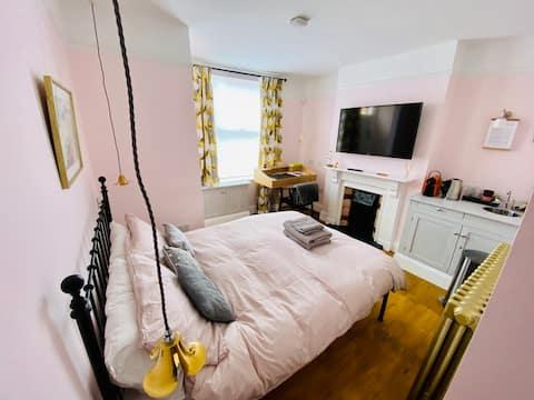 Studio privé avec chambre, hall et salle de bain