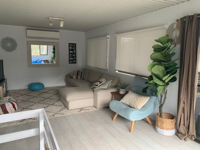 Beautiful 3 bed family house 2 min drive to beach