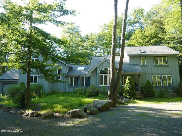 Beautiful & Spacious Home in Gourgeus Lake Naomi - Pocono Pines - Chalé