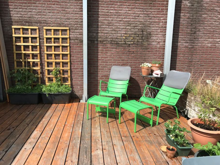 Roof terrace, with dining table, 4 chairs and 2 lounge chairs