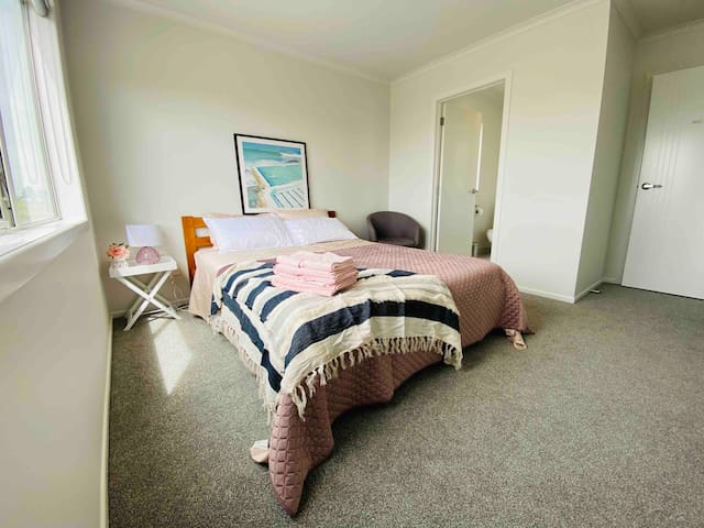 Cozy, private room & clean, Wi-Fi+parking+uni area