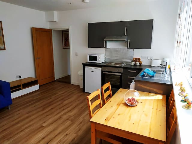 2 Beds Flat, top of high st, 1min Train station