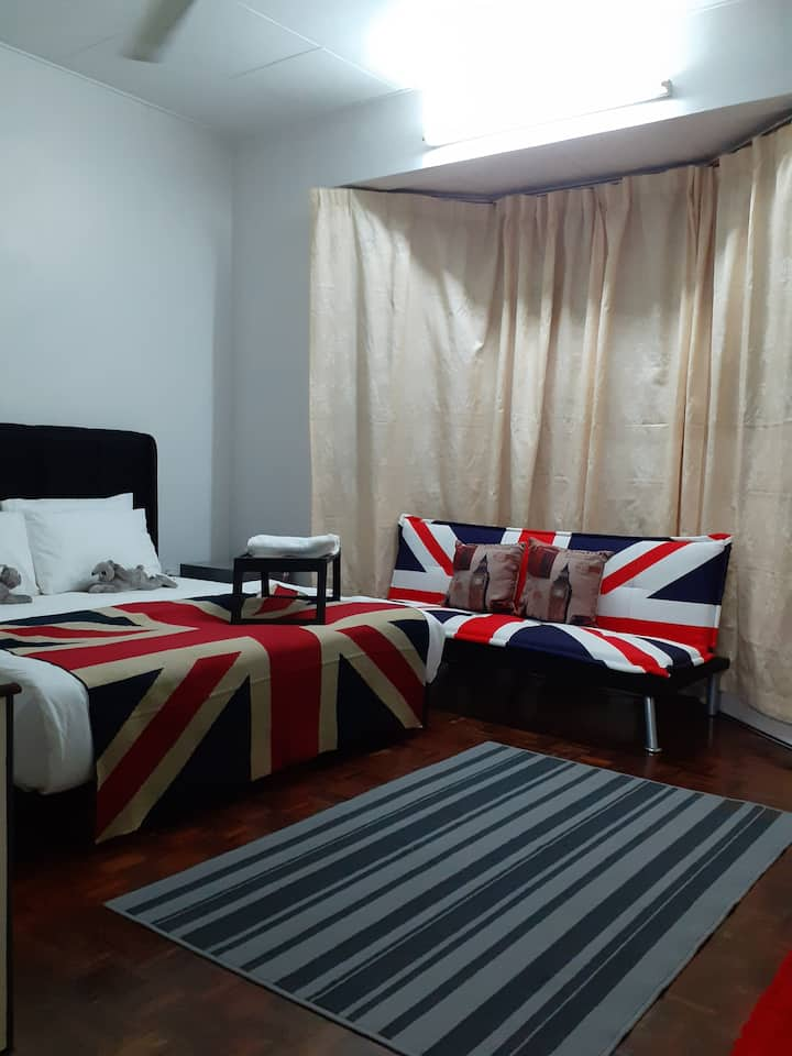 UNION JACK PRIVATE ROOM/KING BED ATTACHED BATHROOM