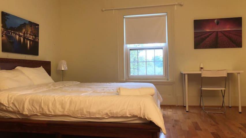 Adventurous king ensuite private room in markham