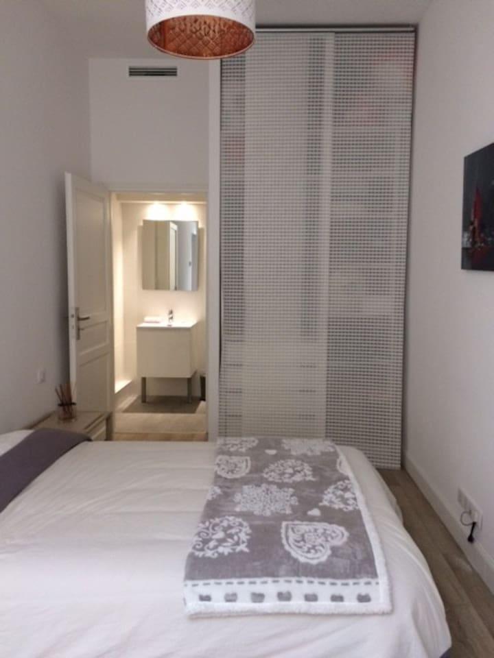 Chambre avec salle de douche et wc privatifs