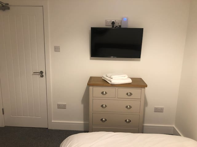 Double en-suite room in a professionals only house